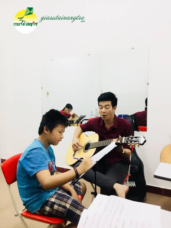 hoc vien hoc guitar tai nha