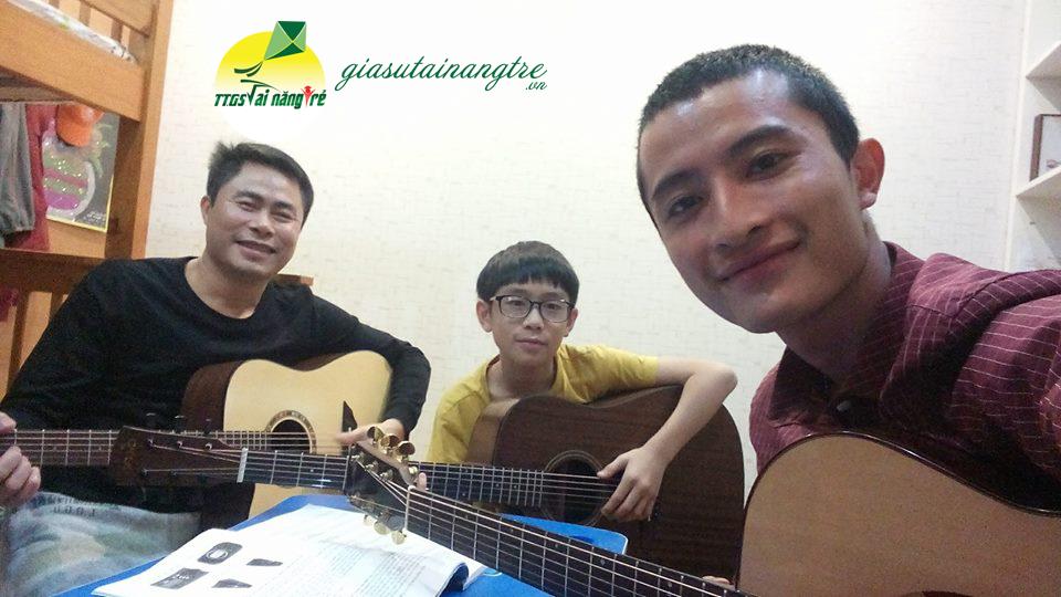 2 cha con học guitar