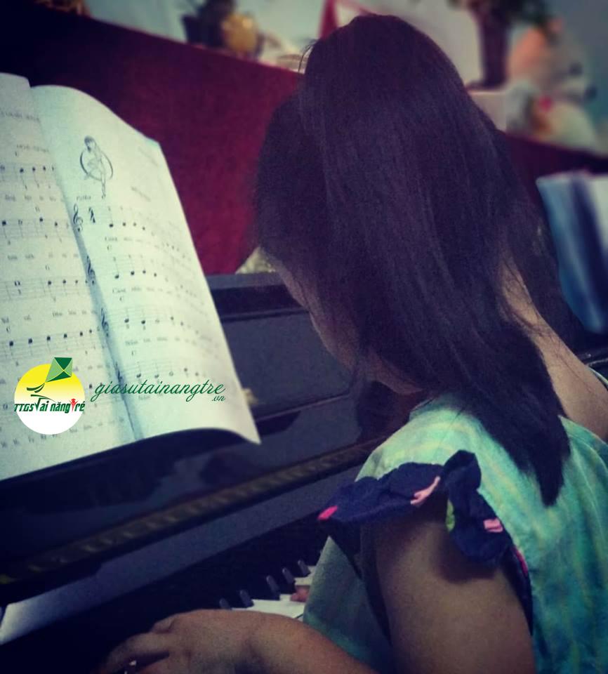 hoc sinh hoc piano tai nha