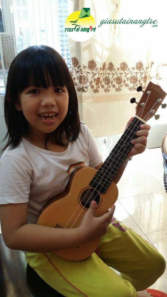 hoc vien hoc ukulele tai nha